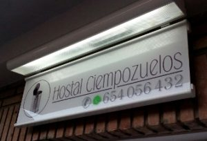 hostal-cartel-luminoso