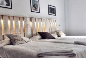 habitación triple, cama de matrimonio y una individual