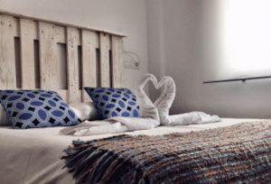 habitación con decoración toalla patos