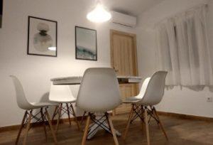 apartamento-para 6 personas-salón, mesa de salón y sillas